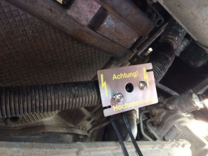 Metallpatte unter dem Auto